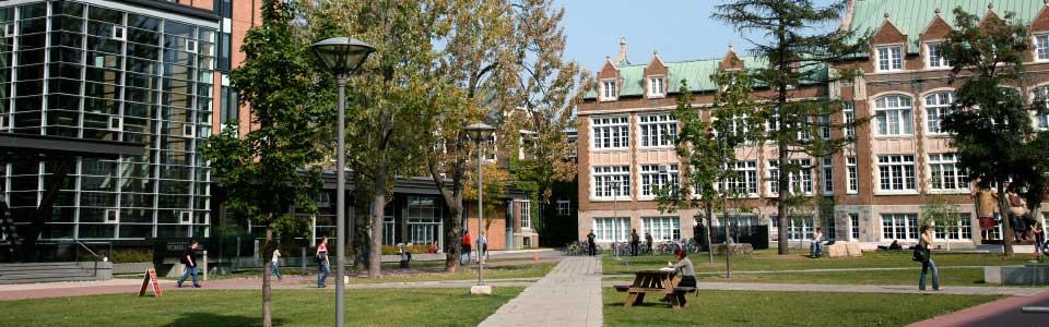 Université Concordia : vue d'un parc devant des édifices sur le campus.