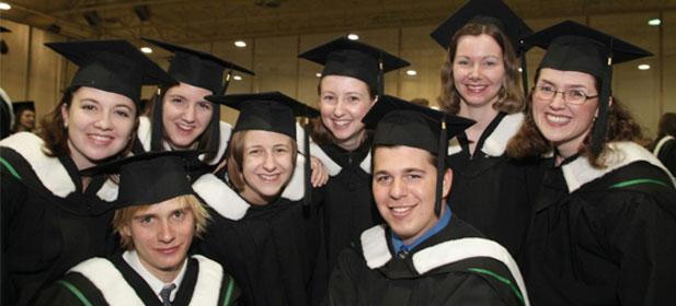 Des étudiants lors d'une cérémonie de collation des grades de la University of Manitoba.